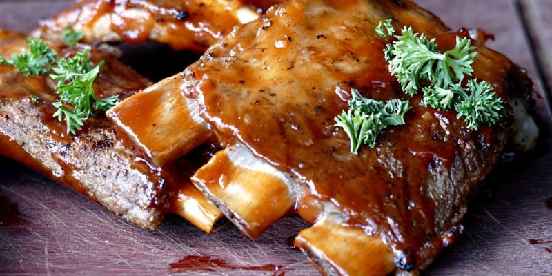 Côtes levées grillées au barbecue